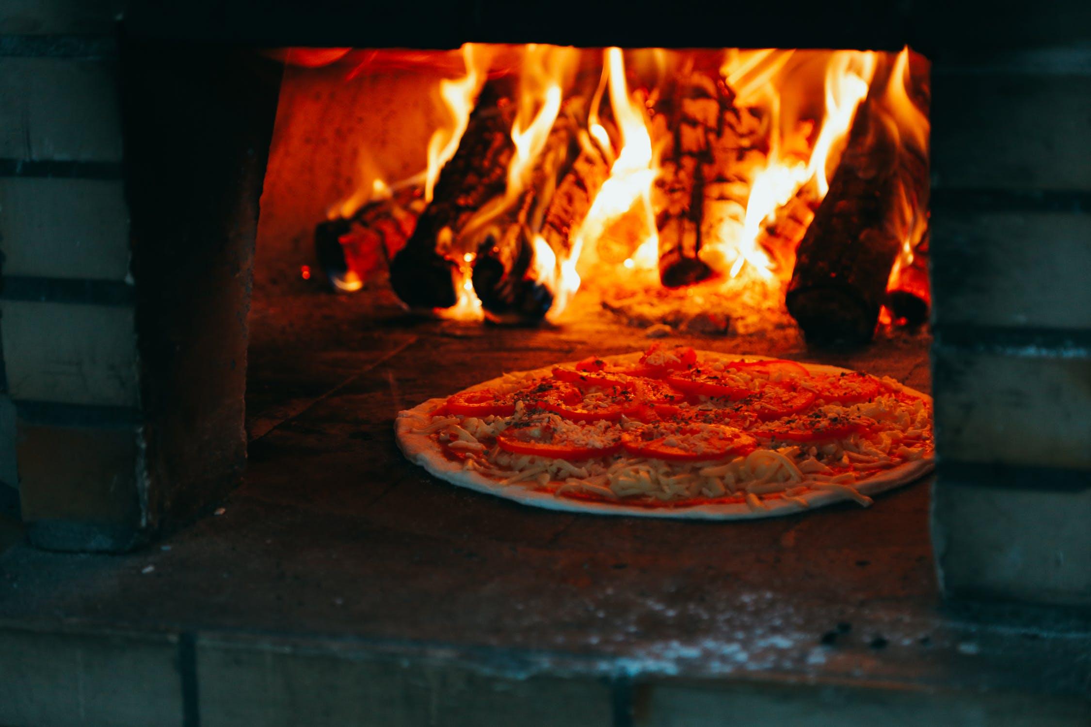 le Restaurant   au Feu de Bois  a fait de sa cheminée son outil de travail principal